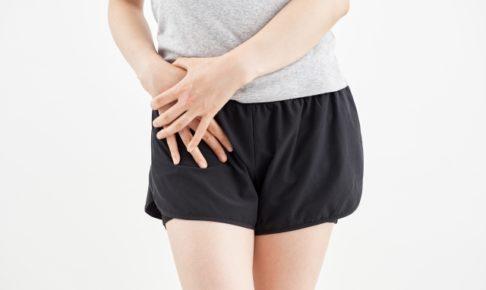 股関節痛の痛みで悩む女性