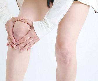 膝の周りが痛い女性